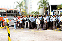 OSASCO,SP - 21.05.2014. -GREVE DOS MOTORISTAS E COBRADORES - Nesta manhã de quarta feira(21) motoristas e cobradores de Osasco tambem aderiram a greve surpresa e pararam as principais avenidas da cidade, na foto a garagem da Viação Osasco com trabalhadores e  onibus parados (Foto: Aloisio Mauricio / Brazil Photo Press)