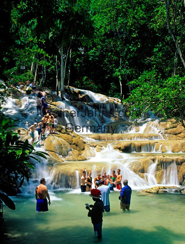 Jamaica, St. Ann, Ocho Rios, Touristen erklimmen gruppenweise die Dunn's River Falls | Jamaica, St. Ann, Ocho Rios, Tourists climbing the Dunn's River Falls