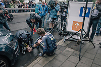 Luke Durbridge (AUS/ORICA-Scott) seriously crashed in the opening TT of this Tour and needed a medical check for his left foot after finishing. He was unable to (normally) walk on it.<br /> <br /> 104th Tour de France 2017<br /> Stage 1 (ITT) - D&uuml;sseldorf &rsaquo; D&uuml;sseldorf (14km)
