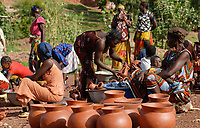 BURKINA Faso, Gaoua, women sell pottery at market / BURKINA FASO, Gaoua, Frauen verkaufen Toepferwaren auf dem Markt