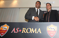 Calcio: il nuovo allenatore francese della Roma Rudi Garcia stringe la mano all'amministratore delegato Italo Zanzi, a sinistra, in occasione della conferenza stampa per la presentazione ufficiale al centro sportivo Fulvio Bernardini di Trigoria, Roma, 19 giugno 2013.<br /> Italy Football: AS Roma's new coach Rudi Garcia, of France, shakes hands with club's CEO Italo Zanzi, left, in occasion of the press conference for his official presentation, at the club's training center on the outskirts of Rome, 19 June 2013.<br /> UPDATE IMAGES PRESS/Isabella Bonotto