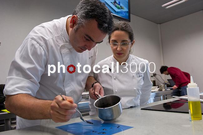 Igor Zalacain (L), Elena Arzak (R) durante la Masterclass en el Basque Culinary Center