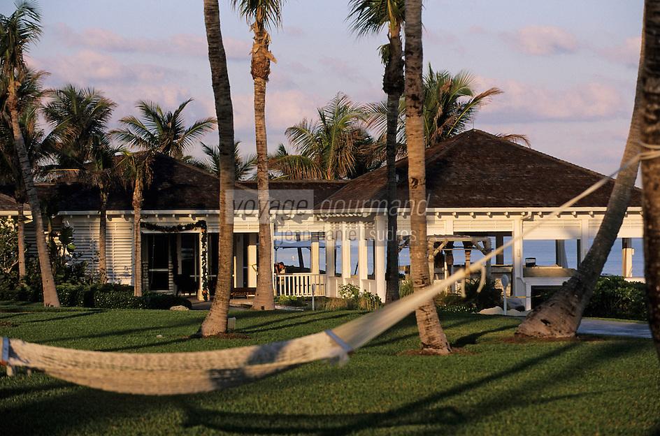 "Iles Bahamas / New Providence et Paradise Island / Nassau: Hotel ""One & Only Océan Club"" hamac dans le parc en fond le restaurant ""Dune"""