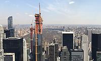 """Blick von der Aussichtsplattform des Rockefeller Center """"Top of the Rock"""" in New York auf das ein neues Appartmentgebäude in 123 W 53rd St - 11.04.2018: Sightseeing in New York"""
