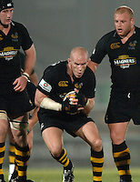 2005/06 Powergen Cup, London Wasps vs Cardiff Blues, Wasps's Jonny O'Conner, pulls the ball in tight after catching the loose ball.  Causeway Stadium, Wycome, ENGLAND, 07.10.2005   © Peter Spurrier/Intersport Images - email images@intersport-images..   [Mandatory Credit, Peter Spurier/ Intersport Images].