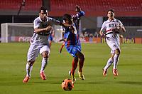 SÃO PAULO, SP, 10 DE JULHO DE 2013 - CAMPEONATO BRASILEIRO - SÃO PAULO x BAHIA: Talisca (c) Osvaldo (d) e Rodolpho (e) durante São Paulo x Bahia, partida antecipada válida pela 11ª rodada do Campeonato Brasileiro de 2013, disputada no estádio do Morumbi em São Paulo. FOTO: LEVI BIANCO - BRAZIL PHOTO PRESS.