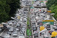SAO PAULO, SP, 06.12.2013 - TRANSITO - Transito intenso na Avenida 23 de Maio, altura do Viaduto Tutóia, região sul da capital, na manhã desta sexta feira, 06.  (Foto: Alexandre Moreira / Brazil Photo Press)