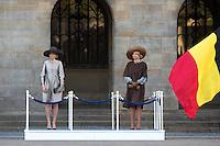 La reine Mathilde de Belgique &amp; la reine Maxima des Pays-Bas - Le roi Philippe de Belgique et la reine Mathilde de Belgique en visite d'&eacute;tat aux Pays-Bas, lors d'une c&eacute;r&eacute;monie d'accueil officiel avec le roi Willem-Alexander des Pays-Bas et la reine Maxima des Pays-Bas .<br /> Pays-Bas, Amsterdam, 28 novembre 2016.<br /> King Philippe of Belgium and Queen Mathilde of Belgium on a State Visit to The Netherlands, during the official welcoming ceremony with King Willem-Alexander of The Netherlands and Queen Maxima of The Netherlands.<br /> Netherlands, Amsterdam, 28 November 2016.