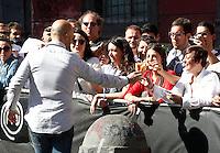 NAPOLI PIAZZA SAN DOMENICO MAGGIORE REGISTRAZIONE DI UNA PUNTATA DELLA TERZA SERIE DI MASTERCHEF ITALIA <br /> NELLA FOTO JOE BASTIANICH CON I CURIOSI PRESENT<br /> IFOTO CIRO DE LUCA
