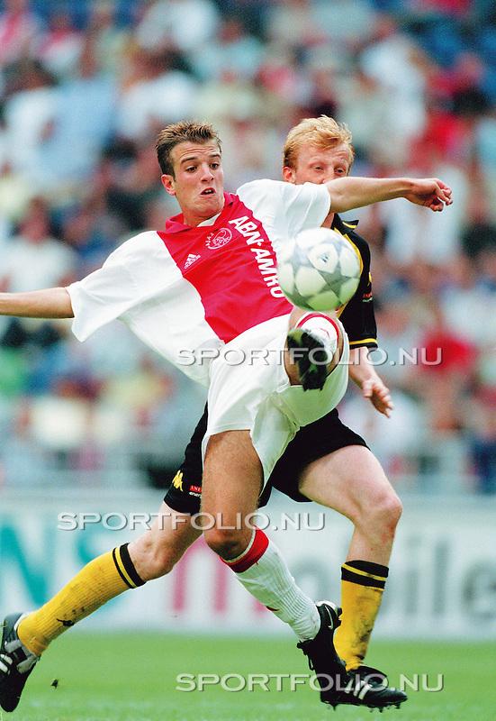 Nederland, Amsterdam, 19 augustus 2001  .Eredivisie .Seizoen 2001-2002.Ajax-Roda JC (1-1).Rafael van der Vaart (voorgrond) van Ajax in duel met Sven Vandenbroeck (half zichtbaar) van Roda JC. .