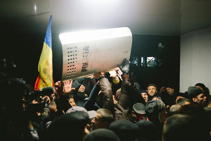 Demonstranten st&uuml;rmen das Parlament. Zehntausende demonstrieren gegen die neue Regierung in Chisinau, Republik Moldau. / <br />Protesters storm Moldova's parliament. Tens of thousands protest against the new government in Chisinau, Republic of Moldova.