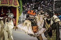 SAO PAULO, SP, 11  FEVEREIRO 2013 - CARNAVAL SP - PEROLA NEGRA  - Integrantes da escola de samba Perol Negra durante desfile do grupo de acesso no Sambódromo do Anhembi na região norte da capital paulista, na madrugada desta segunda (11).