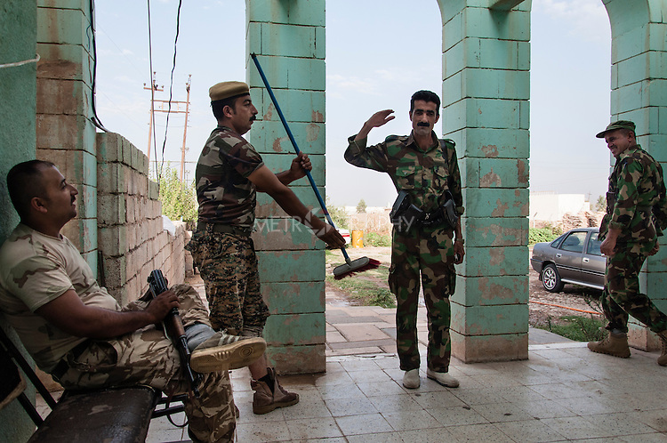 22/07/14  Iraq -- Daquq, Iraq -- Peshmerga makes the military salute with a brum instead of the gun, at the base in Daquq.