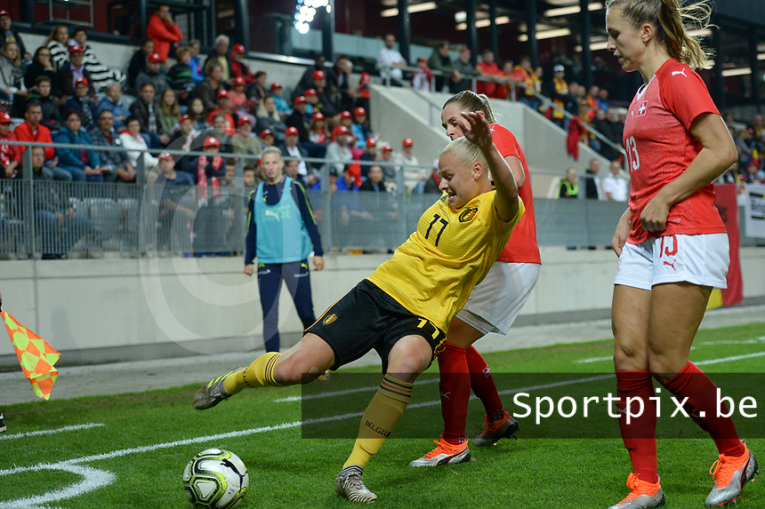 20181009 – BIEL BIENNE , SWITZERLAND : Belgian Ella Van Kerkhoven pictured in a duel with Lia Walti (r) during the female soccer game between Switzerland and the Belgian Red Flames , the second leg in the semi finals play offs for qualification for the World Championship in France 2019 ; the first leg ended in equality 2-2 ;  Tuesday 9 th october 2018 at The Tissot Arena  in BIEL BIENNE , Switzerland . PHOTO SPORTPIX.BE | DAVID CATRY