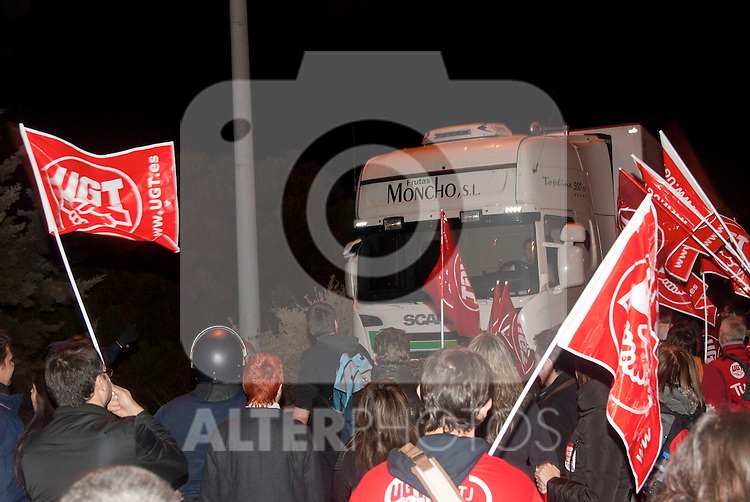 A strike picket during the general strike  at Mercamadrid..(ALTERPHOTOS/Muñoz Alconada)