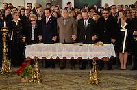 ATENCAO EDITOR IMAGENS EMBAGADAS PARA VEICULOS INTERNACIONAIS - SAO PAULO, SP, 30 SETEMBRO 2012 - VELORIO HEBE CAMARGO - Paulo Maluf e o filho de Hebe Marcelo Camargo comparecem ao velório do corpo da apresentadora Hebe Camargo, no Palácio dos Bandeirantes, sede do Governo do Estado de São Paulo, na capital paulista, na madrugada deste domingo, 30. Hebe morreu hoje aos 83 anos, de parada cardíaca, na sua casa no bairro do Morumbi, na capital paulista. Diagnosticada com câncer no peritônio em janeiro de 2010, ela lutava contra a doença desde então. (FOTO: LEVI BIANCO / BRAZIL PHOTO PRESS).