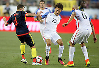 SANTA CLARA - UNITED STATES, 04-06-2016: Fabian Johnson (C) y  John Brooks (Der) jugadores de Estados Unidos (USA) disputa el balón con Santiago Arias (Izq) jugador de Colombia (COL) durante partido del grupo A fecha 1 por la Copa América Centenario USA 2016 jugado en el Levi's Stadium en Santa Clara, California, USA. /  Fabian Johnson (C) and John Brooks (R) players of United States (USA) fight the ball with Santiago Arias (L) player of Colombia (COL) during match of the group A date 1 for the Copa América Centenario USA 2016 played at Levi's Stadium in Santa Clara, California, USA. Photo: VizzorImage/ Luis Alvarez /Str