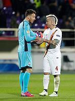 Calcio, Europa League: Andata degli ottavi di finale Fiorentina vs Roma. Firenze, stadio Artemio Franchi, 12 marzo 2015.<br /> Fiorentina's goalkeeper Norberto Neto, left, greets Roma's Radja Nainggolan at the end of the Europa League round of 16 first leg football match between Fiorentina and Roma at Florence's Artemio Franchi stadium, 12 March 2015. The game ended 1-1.<br /> UPDATE IMAGES PRESS/Isabella Bonotto