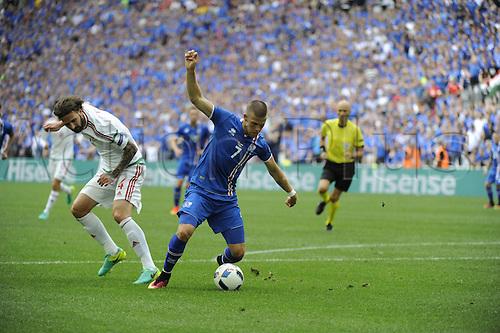 18.06.2016, Stade Velodrome, Marseille, FRA, UEFA European football Championships Group F. Iceland versus Hungary. Gudmunsson (ice) beats Kadar (hun)
