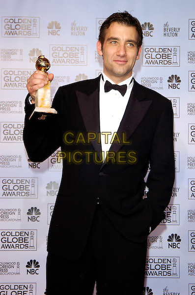CLIVE OWEN .62nd Annual Golden Globe Awards at The Beverly Hilton Hotel Hotel, Los Angeles, California. Pressroom.January 16th, 2005 .half length, award trophy, tuxedo.www.capitalpictures.com.sales@capitalpictures.com.©Capital Pictures
