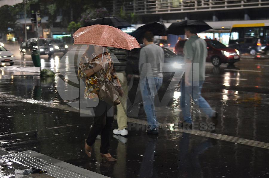 SAO PAULO, 08 DE FEVEREIRO DE 2013. - CLIMA TEMPO SP - Paulistano vive noite chuvosa na capital, regiao central, na noite desta sexta feira, 08. (FOTO: ALEXANDRE MOREIRA / BRAZIL PHOTO PRESS).