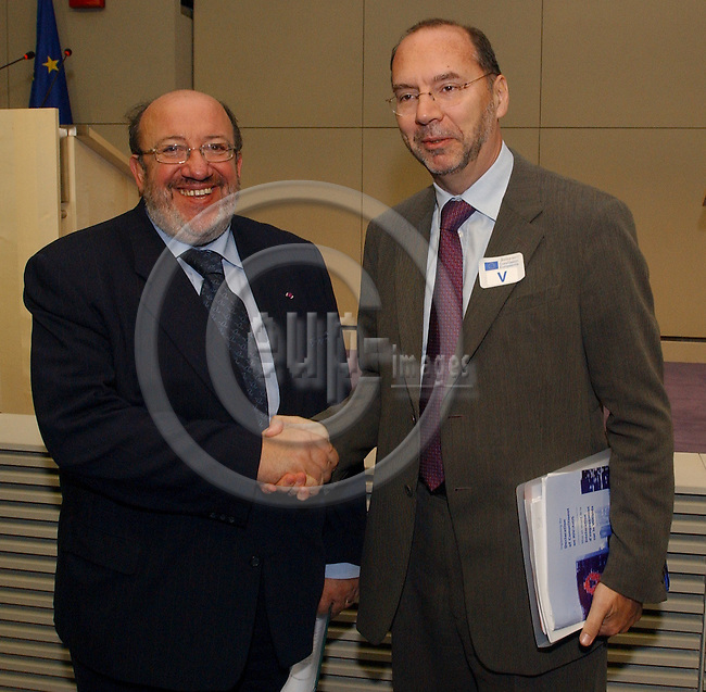 Brussels-Belgium - November 23, 2004---Dr Peter PIOT, Executive Director of UNAIDS and Under Secretary-General of the United Nations, and Louis MICHEL, European Commissioner in charge of Development and Humanitarian Aid, launch the 'AIDS-epidemic update 2004', in the press room of 'Berlaymont', Headquarters of the EC; here, Louis MICHEL (le) welcomes Peter PIOT (ri)---Photo: Horst Wagner/eup-images