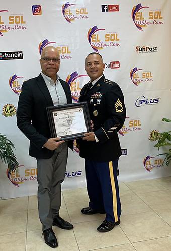 Kissemmee, Florida.- Momentos en que Marcos Tejeda, recibe de manos del sargento Leonel Castillo, el reconocimiento por parte del Army de los Estados Unidos.