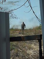 Rio de Janeiro (RJ) 08.09.2012. Condominio/Fogo Vegetação.<br />- Fogo em vegetação no Condominio Nova Valqueire em Vila Valqueire,Zona Oeste do Rio. Onde no terreno pegou fogo na vegetação proximo as residências. Bombeiros do 8ºGBM de Campinho foi chamado no local. Não houve danos a residências. Foto:ARION MARINHO/BRAZIL PHOTO PRESS.