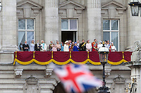 United Kingdom, London: Trooping the Colour, the Royal Family on the balcony of Buckingham Palace | Grossbritannien, England, London: Trooping the Colour, alljaehrliche Militaerparade am zweiten Samstag im Juni zu Ehren des Geburtstages der britischen Koenige und Königinnen, die koenigliche Familie auf dem Balkon des Buckingham Palasts
