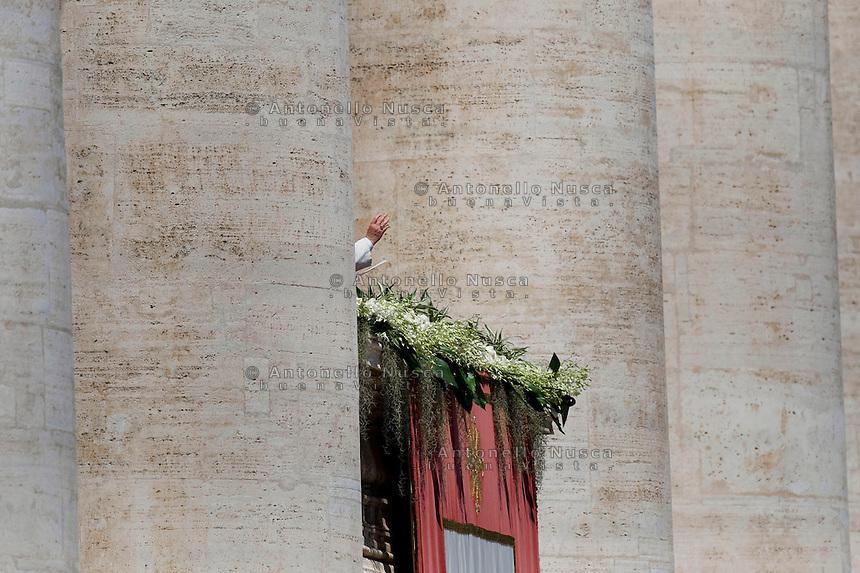 Città del Vaticano, 20 Aprile, 2014. Papa Francesco impartisce la benedizione Urbi et orbi, dal loggione centrale della Basilica di San Pietro,i ai fedeli in Piazza San Pietro. Pope Francis delivers his 'Urbi Et Orbi' blessing during Easter Mass in St. Peter's Square in Vatican.