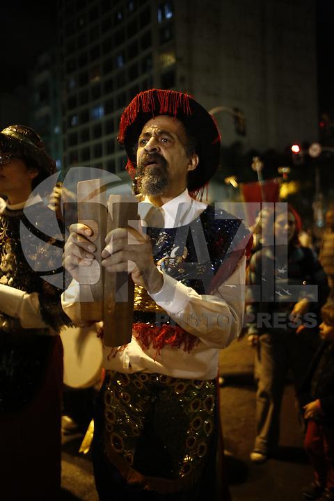 SAO PAULO, SP, 18 DE MAIO DE 2013. VIRADA CULTURAL 2013.  Diversos grupos de Afoxé e danças folclóricas fazem um cortejo pelas ruas do centro da capital durante a Virada Cultural 2013. FOTO: ADRIANA SPACA/BRAZIL PHOTO PRESS