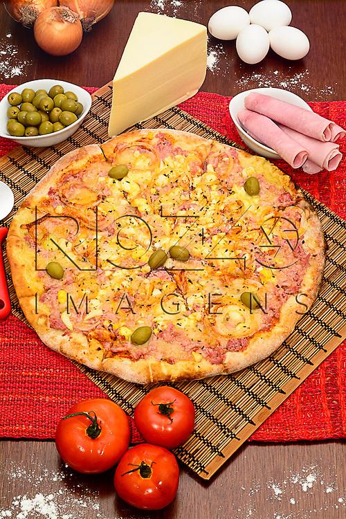 Pizza portuguesa com os ingredientes, São Paulo - SP, 05/2015.