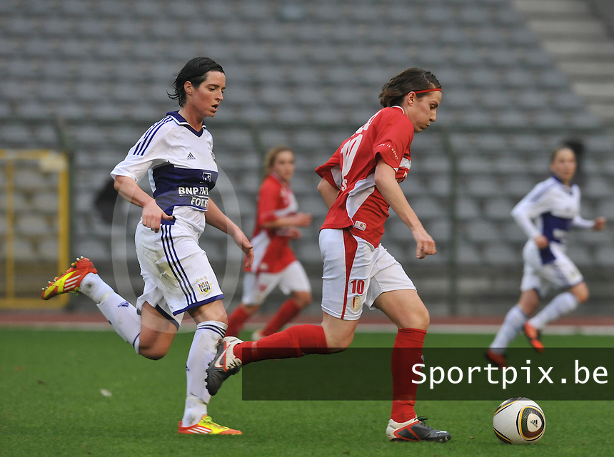 RSC Anderlecht Dames - Standard Femina de Liege : Elke Meers aan de bal voor Cecile De Gernier.foto DAVID CATRY / Vrouwenteam.be