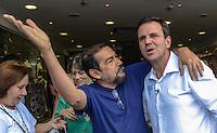 RIO DE JANEIRO, RJ, 18 AGOSTO 2012 -  ELEICOES 2012-EDUARDO PAES-  O candidato a reeleicao pela coligacao Somos um Rio, Eduardo Paes, fez caminhada neste sabado, dia 18 de agosto, na Praça Saens Pena, na Tijuca, Zona Norte do Rio de Janeiro.(FOTO:MARCELO FONSECA / BRAZIL PHOTO PRESS).