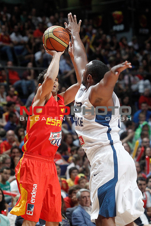 Spain's Jose Manuel Calderon (l) and France's Boris Diaw during friendly match.August 23,2012. Foto © nph / Acero)
