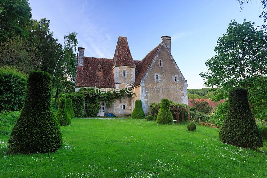 France, Orne (61), Monceaux-au-Perche, manoir du Pontgirard et topiaires d'ifs // France, Orne, Monceaux au Perche, Pontgirard manor, the garden