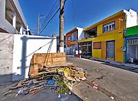 Lixo na rua na favela de Heliópolis, São Paulo. 2004. Foto de Juca Martins.