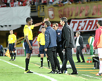 BOGOTA- COLOMBIA – 29-10-2015: Jose Argote (Izq.), arbitro de Venezuela, expulsa a Mauricio Pellegrino (Der.), tecnico de Independiente de Avellaneda de Argentina durante partido de vuelta entre Independiente Santa Fe de Colombia y el Independiente de Avellaneda de Argentina, por los cuartos de final de la Copa Suramericana en el estadio Nemesio Camacho El Campin, de la ciudad de Bogota. / Jose Argote (L), Venezuelan referee, withdraws from field to Mauricio Pellegrino (R) coach of Independiente de Avellaneda of Argentina, during a match for the second round between Independiente Santa Fe of Colombia and Independiente de Avellaneda of Argentina for the second round for the quarterfinals of the Copa Sudamericana in the Nemesio Camacho El Campin in Bogota city. Photos: VizzorImage / Luis Ramirez / Staff.
