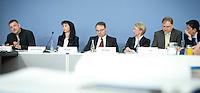 Christoph B&ouml;hringer, Professor f&uuml;r Wirtschaftspolitik an der Carl von Ossietzky Universit&auml;t Oldenburg (l.) stellt am Mittwoch (26.02.14) in Berlin in der Bundespressekonferenz zusammen mit der Expertenkommission <br /> &bdquo;Forschung und Innovation&ldquo; (EFI), Uschi Backes-Gellner, Dietmar Harhoff, Monika Schnitzer und Alexander Gerybadze (v.l.) ein Gutachen vor, das vorschl&auml;gt das Erneuerbare-Energien-Gesetz (EEG)<br /> vollst&auml;ndig abzuschaffen.<br /> Foto: Axel Schmidt/CommonLens
