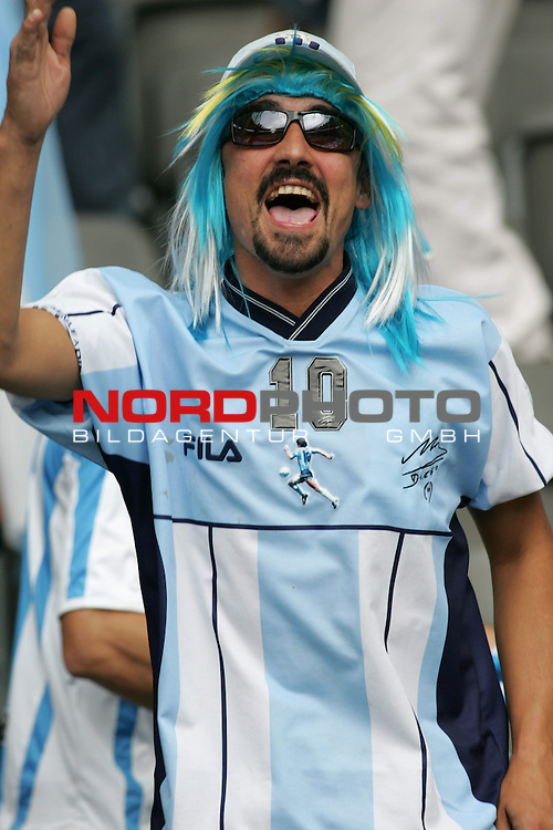 FIFA WM 2006 - Quarter-finals / Viertelfinale<br /> Play #57 (30-Jun) - Germany vs Argentina.<br /> Supporters from Argentina celebrate prior to the match of the World Cup in Berlin.<br /> Foto &copy; nordphoto