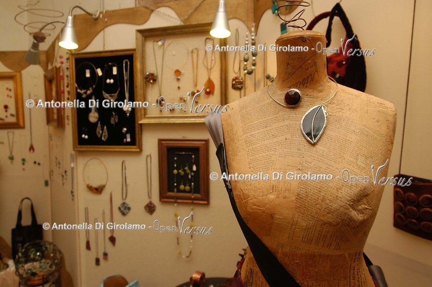 Artigiani a San Lorenzo , quartiere storico di Roma. Craftsmen in San Lorenzo, historic district of Rome. Ute Dewald creatrice di gioielli in vetro lavorati con la tecnica Tiffany ed impreziositi con argento e rame. La lavorazione realizzata interamente a mano..Ute Dewald creates glass jewelry in the technique worked with Tiffany and embellished with silver and copper. The work carried out entirely by hand.......