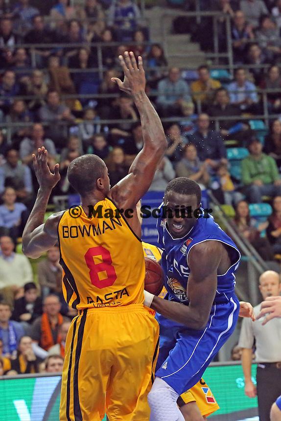 Aziz N'Diaye (Skyliners) gegen Brandon Bowman (Vechta) - Fraport Skyliners vs. Rasta Vechta, Fraport Arena Frankfurt