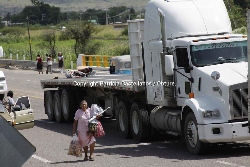 Oaxaca de Ju&aacute;rez. 10 de octubre de 2014.- <br /> Por segundo d&iacute;a consecutivo, padres de familia que apoyan a la secci&oacute;n 59, bloquearon el tramo carretero hacia el municipio de Ocotl&aacute;n a la altura del crucero de San Pedro Martir, lo anterior en la exigencia de que la Secretaria de Educaci&oacute;n Publica (SEP) les entreguen los certificados de estudios de sus hijos para que puedan continuar con su educaci&oacute;n.<br /> <br /> En este contexto, los tutores originarios de San Lucas Quibinni, San Pedro Martir y Santiago Ap&oacute;stol, se congregaron desde el pasado jueves en la carretera de Ocotl&aacute;n a la altura del crucero citado, lo anterior a intenci&oacute;n de bloquear este tramo carretero como forma de presi&oacute;n hacia las autoridades educativas, por lo que desde ese entonces esta acci&oacute;n lleva obstruyendo el transito vehicular y se ha extendido a 2 kil&oacute;metros a la redonda.<br /> <br /> A decir de Alejandro Maya Padilla, padre inconforme, la exigencia concreta de las 3 comunidades es la exigencia de los documentos oficiales de los j&oacute;venes de las secundarias a cargo de la secci&oacute;n 59 que son aproximadamente 600, y todos ellos necesitan de sus certificados, ya que aseguraron que de no conseguirlos, no podr&aacute;n entregarlos a los bachilleratos correspondientes y los alumnos corren el riesgo de ser expulsados de estas instituciones.<br /> <br /> En este sentido, asever&oacute; que la raz&oacute;n por la que los documentos no les han sido entregados, ha sido porque el magisterio de la secci&oacute;n 22 esta presionando al gobierno encabezado por Gabino Cu&eacute; Monteagudo para que no se los den.<br /> <br /> La secci&oacute;n 22 est&aacute;n presionando al gobierno para que no nos entreguen los certificados oficiales de los alumnos de las comunidades y nuestra exigencia es ese requerimiento, ya que nos urge esa documentaci&oacute;n, porque si no se entrega a tiempo, los muchacho corren el riesgo d
