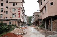 Hôtels et restaurants en construction à Yongding pour accueillir l'année prochaine les touristes qui vont affluer une fois que l'autoroute vers Xiamen , la capitale du Fujian sera achevée. Aujourd'hui il faut encore 5 heures de minibus sur des routes chaotiques pour y parvenir.