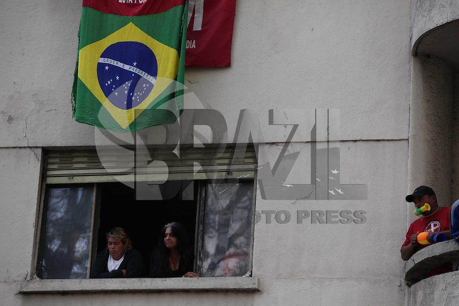 SAO PAULO, SP, 28/08/2012, REINTEGRACAO DE POSSE. Na manha dessa Terca-feira (28) a justica determinou a reintegracao de posse de um imovel ocupado pelo FML ha varios anios, O edificio fica na Av. Ipiranga numero 900, as familias resistem a determinacao e no momento nao querem abandonar o local. Luiz GUarnieri/ Brazil Photo Press.