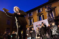 Reggio Emilia: Beppe Grillo parla a Reggio Emilia durante il suo Tsunami Tour per la campagna elettorale 2013..Reggio Emilia: Beppe Grillo, founder of the Movimento 5 Stelle, speaks during a public rally for the political campaign 2013.