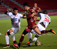 IBAGUE -COLOMBIA, 30-10-2016: Santiago Montoya (Der.) jugador de Deportes Tolima disputa el balón con Francisco Cordoba (Izq.) jugador del Deportivo Pasto, durante partido por la fecha 18 de la Liga Aguila II 2016 entre Deportes Tolima y Deportivo Pasto,  jugado en el estadio Manuel Murillo Toro de la ciudad de Ibague. / Santiago Montoya (R) player of  Deportes Tolima vies for the ball with Francisco Cordoba (L) player of Deportivo Pasto, during a match for the date 18 of the Aguila League II 2016, between Deportes Tolima and Deportivo Pasto,  played at Manuel Murillo Toro stadium in Ibague city. Photo: VizzorImage / Juan Carlos Escobar / Cont.