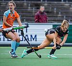 AMSTELVEEN  -  Kitty van Male (A'dam)  met Florentine Blom (Gro)    Hoofdklasse hockey dames ,competitie, dames, Amsterdam-Groningen (9-0) .     COPYRIGHT KOEN SUYK