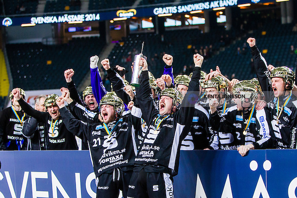 Solna 2014-03-16 Bandy SM-final herrar Sandvikens AIK - V&auml;ster&aring;s SK :  <br /> Sandvikens Christoffer Edlund och Sandvikens Magnus Muhr&eacute;n Muhren jublar med SM-pokalen framf&ouml;r lagkamrater <br /> (Foto: Kenta J&ouml;nsson) Nyckelord:  SM SM-final final herr herrar VSK V&auml;ster&aring;s SAIK Sandviken  jubel gl&auml;dje lycka glad happy