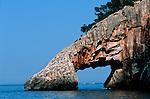 Italie. Italia. Sardaigne. Sardinia. Arche de calcaire sur la côte sauvage du golfo di Orosei prčs de Cala (calanque)  Goloritze (est de la sardaigne)